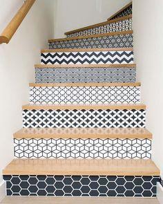 Escalier aux contremarches décorées de papier-peint géométrique
