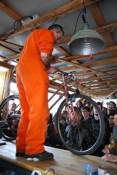 le ciclofficine, dove puoi farti riparare la bici ma anche imparare ad aggiustarle da sole. Sono spazi in cui accadono molte cose, è un luogo di ritrovo per tutti gli appassionati del mondo bici.