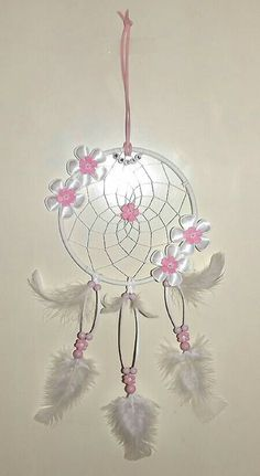 Any wedding with a boho or gypsy flair just needs a couple of dreamcatchers for decor. Dreamcatchers are amazing to use as a backdrop. Lace Dream Catchers, Beautiful Dream Catchers, Dream Catcher Craft, Dream Catcher Mobile, Feather Dream Catcher, Cute Crafts, Crafts To Make, Diy Crafts, Dreams Catcher