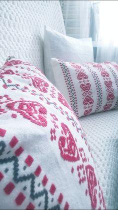 Etniczny styl poduszek urozmaica białą sofę. A ethnic style of pilows enriches a white sofa. Design by Urszula Koronczewska.