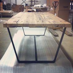 Stoere maatwerk tafel met houten frame en blad van oud eiken wagondelen. www.houtmerk.nl