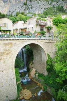 Moustiers Sainte Marie : un des plus beau villages de France Road Trip France, Road Trip Europe, France Travel, Belle France, France 24, South Of France, Wonderful Places, Beautiful Places, Paris