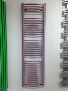 Satin Massive Round: Round towel rail. Bathroom radiator available in 216 paint finishes and as chrome radiator. Radiator in various heights. Central heating radiator. Available accessories: hook, towel rail, chrome valve, white valve, stainless steel valve. Delivery 4 weeks.