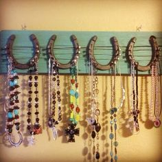 Horseshoe Jewelry Hanger--Clever idea for storing and organizing your necklaces. The horseshoes and horseshoe nails can be purchased at Tractor Supply Company. Horseshoe Projects, Horseshoe Crafts, Horseshoe Art, Horseshoe Ideas, Horseshoe Boot Rack, Lucky Horseshoe, Jewellery Storage, Jewelry Organization, Jewellery Display