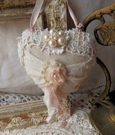Shabby Chic Pink Paint Styles and Decors to Apply in Your Home Estilo Shabby Chic, Vintage Shabby Chic, Shabby Chic Homes, Shabby Chic Style, Shabby Chic Decor, Vintage Decor, Shabby Chic Hearts, Fabric Hearts, Shabby Look