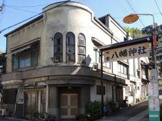 旅館なか家は下市八幡神社の入口に建つ近代建築