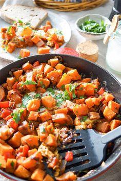 Ein einfaches Gericht für das Ihr nur eine Pfanne benötigt. Süßkartoffel-Pfanne mit Ei ist ein gesundes, herzhaftes Wohlfühlgericht für ein gemütliches Sonntags-Frühstück oder einen Brunch. Für eine vegane Version müßt Ihr einfach die Eier weglassen. Süßkartoffel-Pfanne mit Ei, Brat-Süßkartoffeln, Gebratene Süßkartoffeln Rezept,