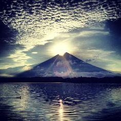"#Goodmorning ☻☻☻ #朝の1枚  One taken in the morningღ Mt.FUJI 16.Aug.2012 06:04:20 N35°20′39.599 E138°33′31.799 『  #Sunrise of Mt.FUJI ""#Diamond  FUJI"" 』 おはようございますღ結局ここにいます^^;昨日は☁が多すぎて観えなかった太陽の位置確認できましたので本当にどっか行きます^^; では… Have a beautiful day!!!!! #PhantaFUJIc #mtfuji #sun - @phantastic420 | Webstagram"