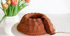 Tämä suklaakuivakakku on kaukana kuivasta! Mehevä, kostea ja suklaasta makua saava suklaakahvikakku valmistetaan sekoittamalla ainekset keskenään, eikä vaahdotusta tarvita! Aloita sulattamalla rasva kattilassa. Koti, Muffin, Breakfast, Morning Coffee, Muffins, Cupcakes
