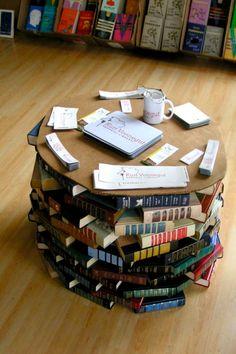 Une table basse avec des livres