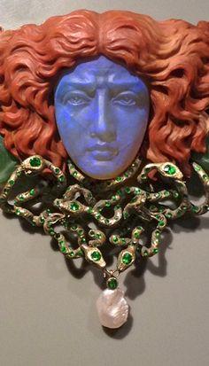 Pendant Gorgoneion (Medusa head) from jewelry designer Wilhelm Lucas von Cranach, Berlin, 1902 Execution: Goldsmiths Friedländer and Graveur Max Haseroth. Gold, Opal, Nephrit, Jaspis, Emerald, Pearl.
