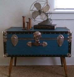 low-stand-fan-on-steamer-trunk-coffee-table-in-bedroom-with-beige-carpeting-wicker-trunk-coffee-table-square-trunk-coffee-table-wood-trunk-coffee-table-black-trunk-coffee-table-steamer - Couchtisch Upcycled Furniture, Furniture Projects, Furniture Makeover, Painted Furniture, Diy Furniture, Office Furniture, Old Trunks, Vintage Trunks, Vintage Suitcases