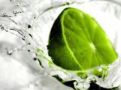 Una fruta muy común, pero de mucho valor nutricional es el limón. Este aporta a tu organismo gran cantidad de vitamina C, ácido cítrico (que posee una acción desinfectante y potencia la acción de la vitamina C) y sustancias de acción astringente. También contiene potasio en abundancia. Esta no es una fruta para consumirse sola, sino en jugos como V8 Splash y aderezos. Las bebidas a base de limón suelen ser muy refrescantes.