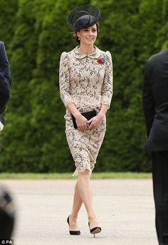 Кейт Миддлтон фото: герцогиня в кружевном наряде и оригинальной шляпке посетила мемориал во Франции - Thiepval Memorial, Duchess of Cambridge, Kate Middleton   Обозреватель