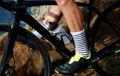 Construites a base d'un subtil mélange de fibres. Ces chaussettes mérinos sont absorbantes, respirantes et sèchent rapidement pour un maximum de confort a vélo. Elles complètent notre gamme inspirée de la marinière bretonne.