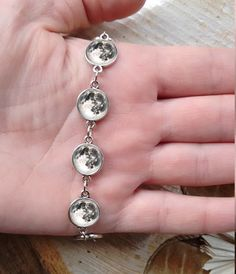 Beautiful handmade cabochon bracelet with nordic snowflake pattern. The pattern is designed by me, and protected by the glass cabochon. The base is in antique silver color.  They will highlight the beauty of anyone who wears it. This item comes with a box, perfect for a gift!  In this section you can find matching earrings: https://www.etsy.com/shop/SilverFoxCraft?section_id=18159437&page=2 Specifications: size: 17 cm (6.69) can make longer or shorter - will ...