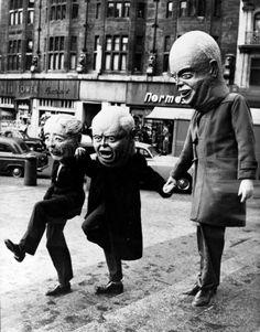 rrukk:dropboxofcuriosities: Khrouchtchev donnant la main à Mac Milan & Eisenhower, 1960.