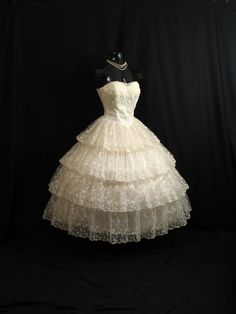 Vintage Strapless Bombshell Ivory Chantilly Lace Tulle Circle Skirt Wedding Dress Gown via Etsy. Vintage Outfits, Vintage Gowns, Vintage Fashion, Vintage Party Dresses, Dress Vintage, Vintage Costumes, Pretty Dresses, Beautiful Dresses, Wedding Party Dresses