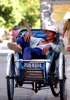 What a beautiful life. in a cyclo! Vietnam Voyage, Vietnam Travel, Laos, Grosse Fatigue, Usa Health, Beautiful Vietnam, Indochine, Vietnam History, Ho Chi Minh City