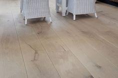 Tudor HM (Home Style) vloer in de natural finish. Deze prachtige eiken vloer staat in een bijzondere matte lak waardoor het lijkt of de vloer niet behandeld is. Een prachtige vloer met een eigentijdse natuurlijke tint. De foto is genomen op de Woonbeurs 2011 in Amsterdam.
