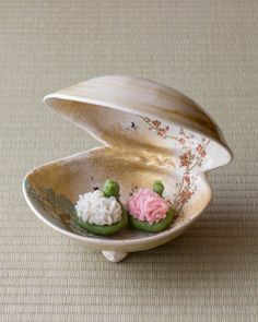 Japanese sweets on clam shaped porcelain ware from Showa period (1926~1989)