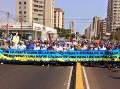 Un pueblo que no se doblega y sale a la calle pacíficamente, todos por una mejor #Venezuela pic.twitter.com/F97jSHRWfk
