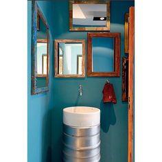 Lavabo estiloso com pia feita de barris de chop e cuba redonda, o máximo, né?! Na parede o tom é o turquesa veneziano, da coral. By luciana penna #ahlaemcasa #lavabo #cuba #barris #azulturquesa