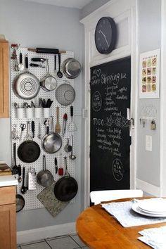 Monta un tablero de clavijas en una pared vacía para expandir exponencialmente el almacenaje de la cocina.   23 Maneras ingeniosas de organizar un apartamento diminuto