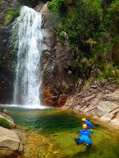Ein hoher Wasserfall der in einen Fluß plätschert. Im Becken schwimmen Ben und ich.