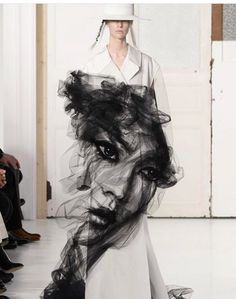 All the Looks from the Maison Margiela Spring-Summer Couture 2017 Collection Straight from the runway. - All the Looks from the Maison Margiela Spring-Summer Couture 2017 Collection Haute Couture Paris, Couture Mode, Style Couture, Spring Couture, Haute Couture Fashion, Couture Trends, Dior Couture, Juicy Couture, John Galliano
