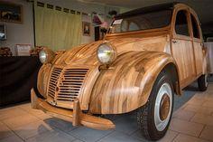 Een Citroën 2CV gemaakt van hout staat op het punt officiële goedkeuring te krijgen van de Franse autoriteiten om legaal de weg op te mogen. Dit unieke exemplaar is gebouwd door Michel Robillard, een gepensioneerde meubelmaker, die zes jaar bloed, zweet en tranen in deze bijzondere auto heeft gestopt in zijn werkplaats in de buurt …