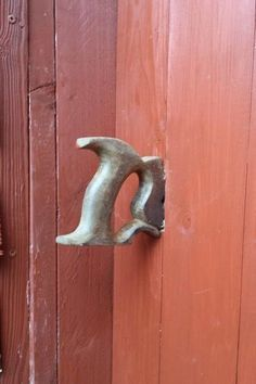 Shed Plans – Here are some ideas to inspire to recycle old tools into decorative objects. A saw handle turned into a handle of p … - All For Garden Knobs And Knockers, Door Knobs, Door Handles, Wood Projects, Woodworking Projects, Woodworking Bench, Woodworking Videos, Welding Projects, Old Tools