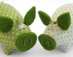 Pig pin cushions by leanna Pig Crafts, Felt Crafts, Fabric Crafts, Sewing Crafts, Diy And Crafts, Sewing Projects, Club Couture, Sewing Box, Sewing Rooms