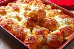 Die runde Pizza kennt jeder, aber dieses Rezept ist anders. Pizza-Bällchen in Tomatensoße, mit Wurst und Mozzarella gefüllt und mit geriebenem Käse überbacken.