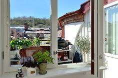バルコニーの屋外ダイニングにつながるキッチンの窓