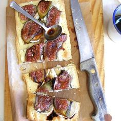 Coca figs and goat cheese flatbread with sweet wine reduction. {In Spanish} Quiches, Goats Cheese Flatbread, Goat Cheese, Tapas, Spanish Kitchen, Sweet Wine, Empanadas, My Dessert, Canapes
