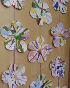 Une petite touche fleurale en cette belle journée ensoleillée....Une guirlande de fleurs confectionnée par......Moi et Miss Léa!! Une autre...