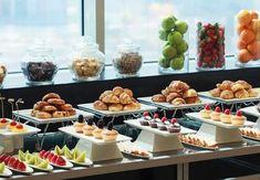 Risultato immagini per Coffee break buffet Hotel Breakfast Buffet, Brunch Buffet, Hotel Buffet, Best Breakfast, Wedding Breakfast, Decoration Buffet, Buffet Set Up, Food Displays, Buffet Displays