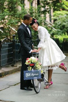 Beautifully stylish 'vintage meets modern' black bride/bride of colour styled shoot for Munaluchi Bride - really elegant styling that I LOVE! Wedding Fotos, Brooklyn Style, Brooklyn City, Boho Vintage, African American Weddings, Pelo Natural, Pin Up, Black Bride, Black Couples