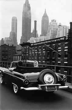 Marilyn Monroe and her husband Arthur Miller drive in Manhattan, New York City, in May they pass under the Brooklyn Bridge, and on Avenue to go on their apartment. Photos taken by Sam Shaw, for 'Look' magazine. Black And White Photo Wall, Black And White Pictures, Black And White Photography, Black White, Marilyn Monroe, Rare Photos, Old Photos, Rare Images, Photos Rares
