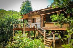 ชม บ้านไม้ยกพื้นสูง แบบไทยโบราณ ล้อมรอบด้วยบรรยากาศธรรมชาติ มีชานเรือน ชานระเบียง มุมนั่งเล่นพักผ่อนที่สามารถเห็นวิวได้อยู่รอบด้าน