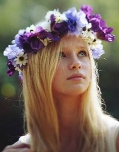 Make your hair nice with this beautiful flower crown Diy Flower Crown, Flower Crowns, Flower Girls, Flower Headpiece, Floral Headdress, Foto Art, Flowers In Hair, Purple Flowers, Flower Hair