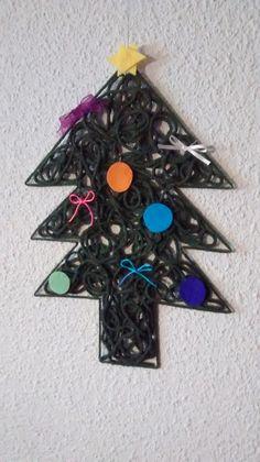 Árbol de navidad hecho a mano con lana y cola de manualidades