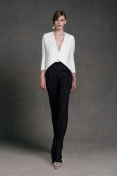 Giacca bianca e pantalone nero di Donna Karan