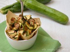 Chips di zucchine, zucchine fritte dorate e croccanti. Ideali da mangiare cosi al naturale o da servire tra gli stuzzichini da aperitivo.