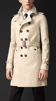 Luxury & Vintage Madrid, offers you the best selection of contemporary and vintage clothes from around the world, discover our luxury brands, Express delivery! Trench Coat Men, Burberry Trench Coat, Burberry Outfit, Mens Wool Coats, Mens Raincoat, Stylish Coat, Madrid, Winter Fashion Casual, Men's Coats And Jackets