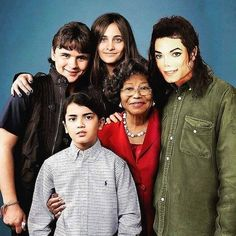 Photoshopped picture of MJ with his Family Michael Jackson Quotes, Photos Of Michael Jackson, Michael Jackson Smile, Michael Love, Janet Jackson, Familia Jackson, Family Photos, Couple Photos, Paris Jackson