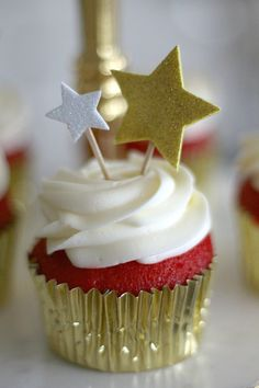 So cute! Awards Viewing Party Ideas: Red Carpet Cupcakes with cream cheese frosting infused with real champagne! A great way to end a fabulous evening.