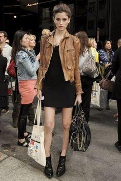 タイトな黒ワンピにキャメルが映える☆ 人気のおすすめライダースジャケット一覧。レディースファッションまとめ。