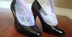 Het is je ongetwijfeld al eens overkomen: je ziet een prachtig paar schoenen in de winkel, maar ze zijn nét een (half) maatje te klein. Treur niet! Met dit trucje zorg je ervoor dat je (leren) schoenen alsnog een maatje groter worden.